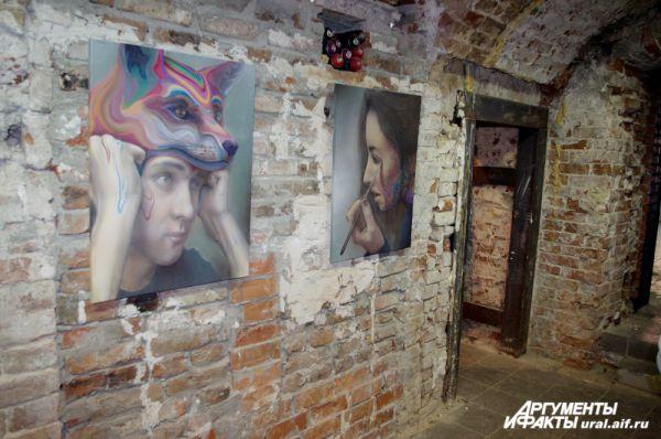 Нетронутые кирпичные стены выгодно обрамляют экспонаты