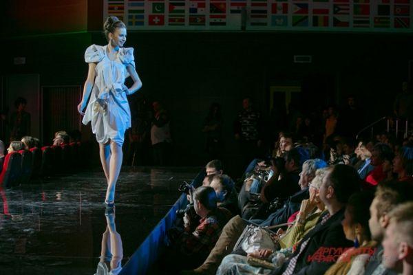выход участниц финала в креативных платьях, сделанных из мужских рубашек