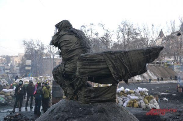 Памятник Валерию Лобановскому обмотали брезентом