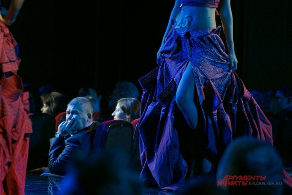 выход  участниц  в вечерних платьях