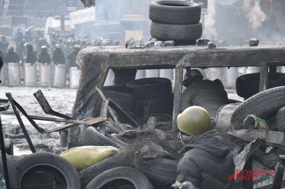 Милицейский кордон стоит всего в нескольких метрах от протестующих