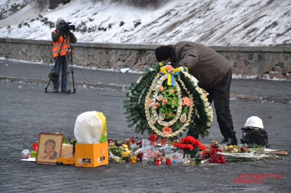 Уголок памяти Михаила Жизневского, погибшего несколько дней назад во время противостояния на Грушевского