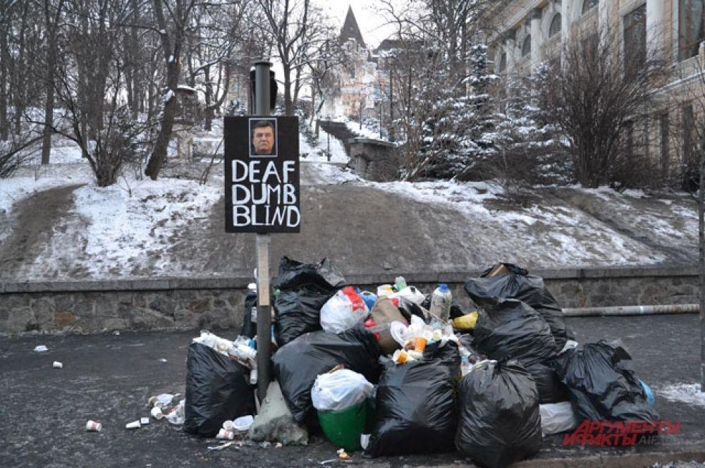 Мусор с Европейской площади собирают в мешки и складывают в специальных местах