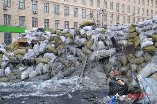 Майдан продолжает окружать себя баррикадами