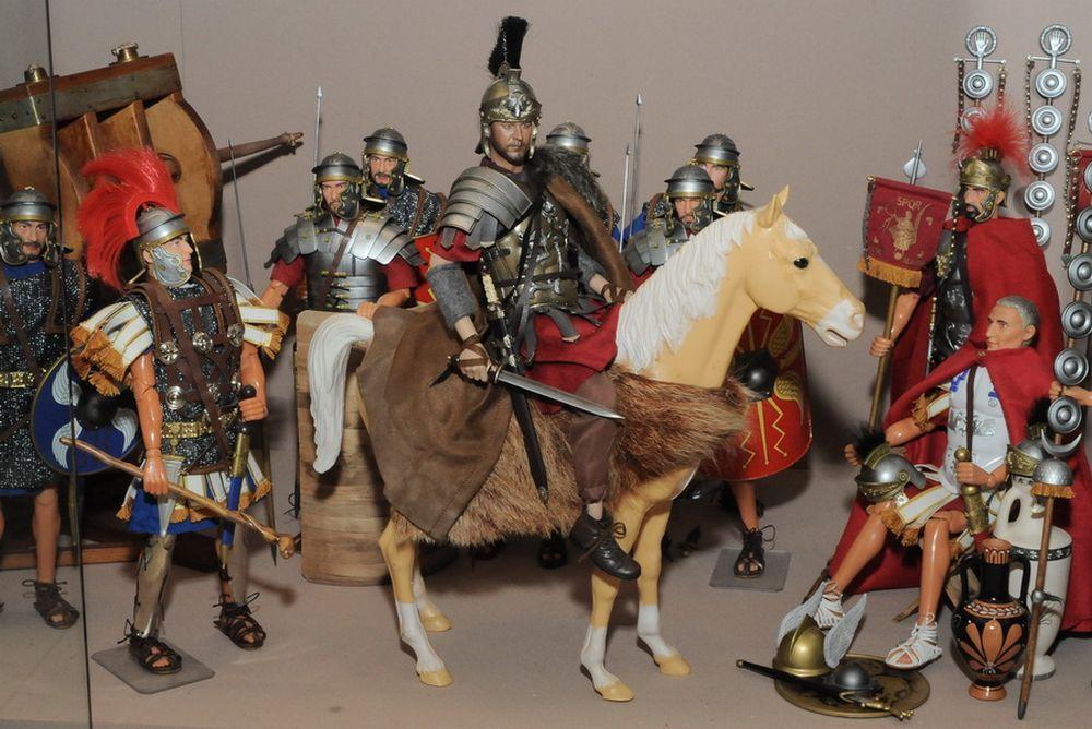 «Военная история в масштабе» представлена фигурками, изображающими воинов различных эпох