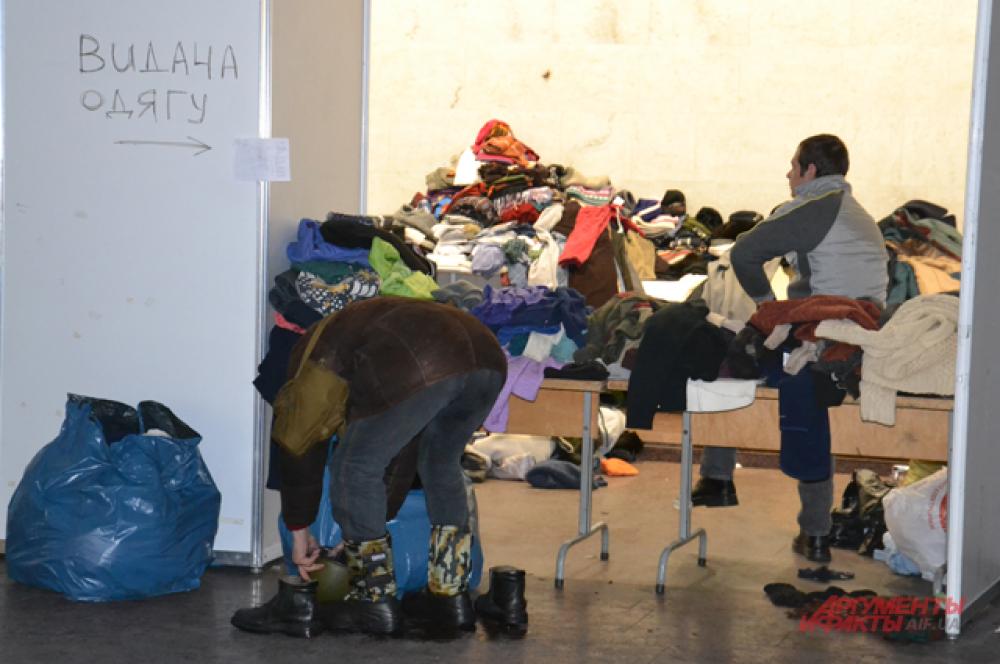 В Украинском доме работает пункт выдачи теплых вещей