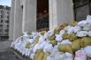 Вход в Украинский дом обложили мешками со снегом и льдом
