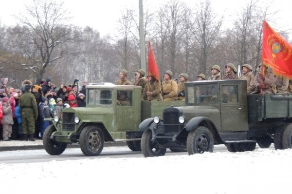 За пешими войсками проехала военная техника