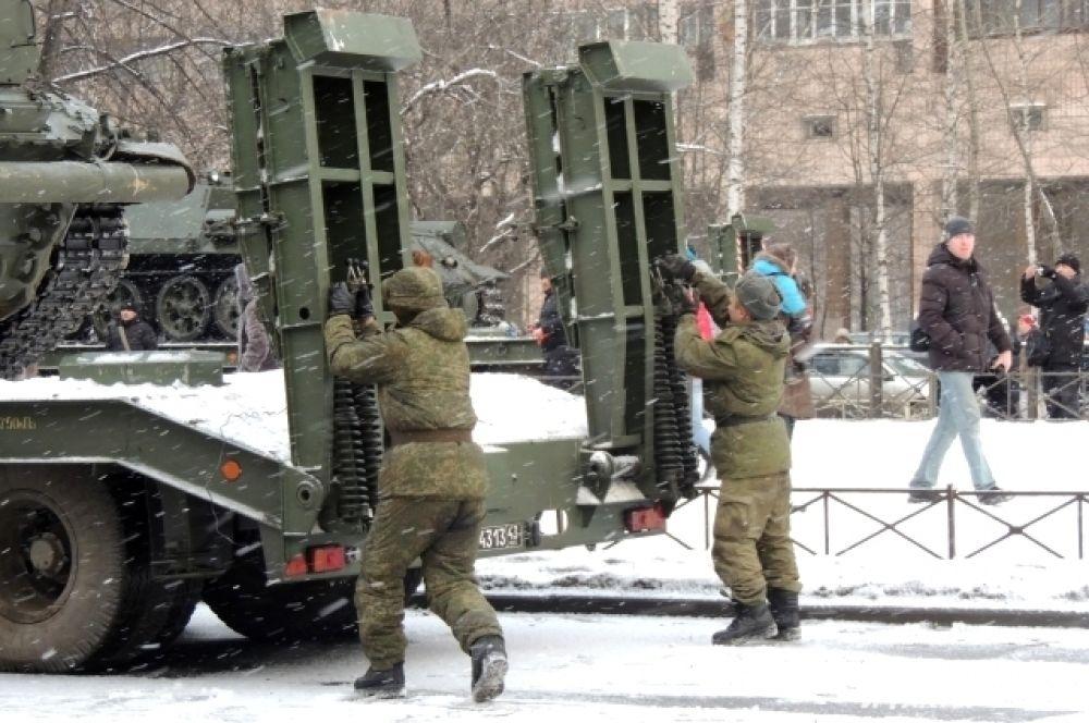 Военную технику погрузили в спецтранспорт и отправили на Дворцовую