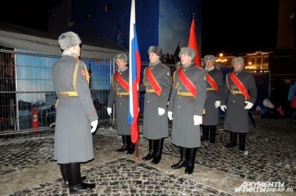 По площади пронесли флаги России и Санкт-Петербурга
