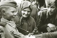 Сын полка получает орден Красной Звезды за Храбрость, 1944 год.
