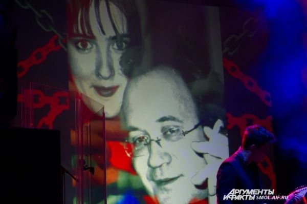 Подборкой фото на концерте почтили память автора главных хитов группы Ильи Кормильцева.