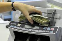 Обмен валюты в банковской кассе.