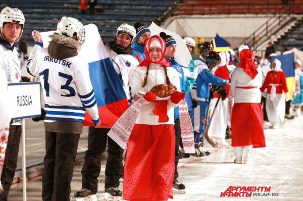 Всех хоккеистов встречали хлебом и солью.