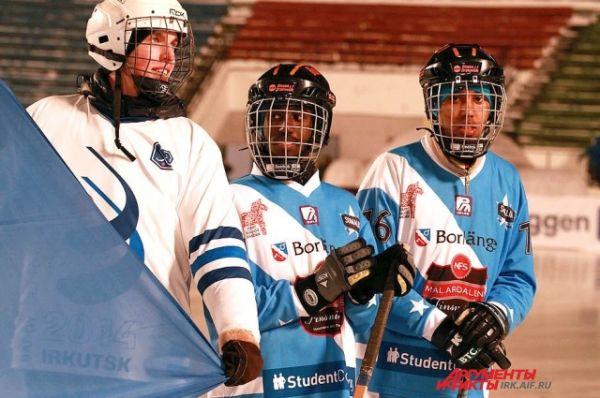 На льду сомалийцы новички, но стараются держаться на фоне опытных игроков уверенно.