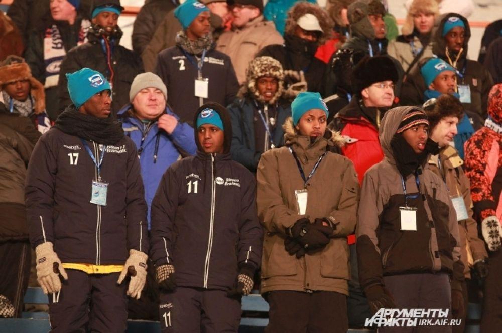 Матчи соперников ребята смотрели с трибун, не взирая на снег и мороз.