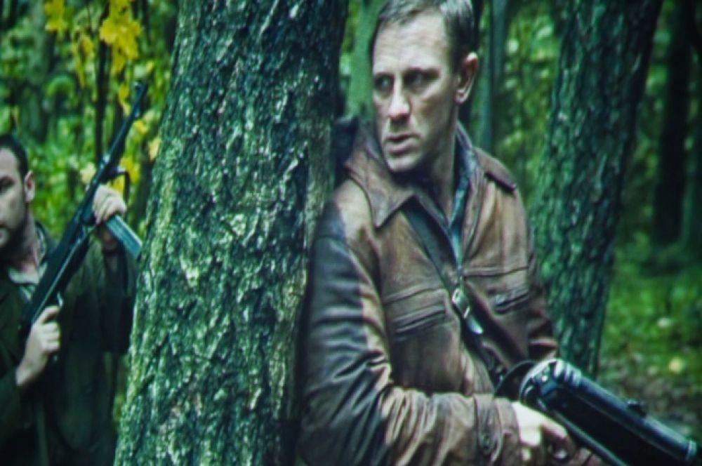 Дэниэл Крэйг («Казино Рояль», «Квант милосердия», «Девушка с татуировкой дракона») в роли Тувьи Бельского.
