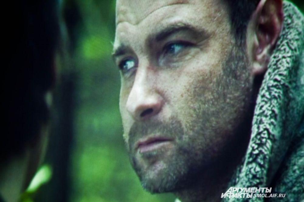 Лев Шрайбер («Список Шиндлера», «Люди Икс. Начало. Росомаха», «Кейт и Лео», «Разрисованная вуаль») в роли Зуся Бельского.