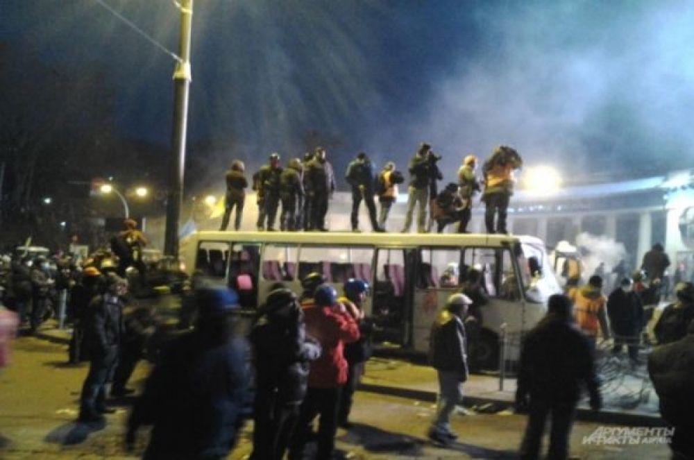 Вечером 19 января митингующие на улице Грушевского  подожгли милицейский автобус. Позже сожженные автобусы стали частью созданных протестующими баррикад.