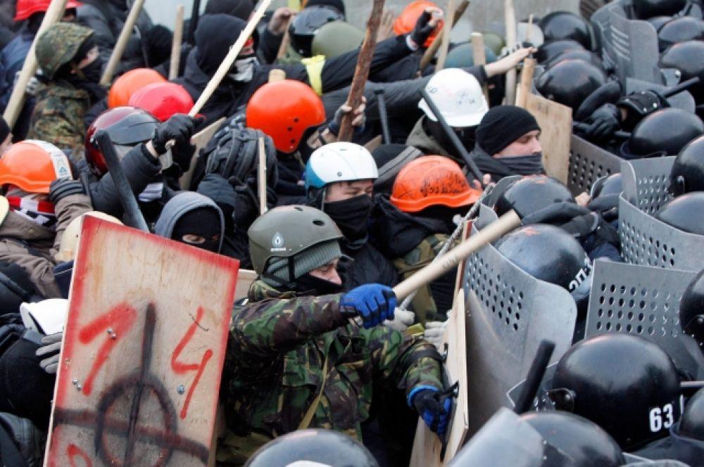 19 января в Киеве снова начались столкновения участников народного вече и милиции. Группа молодых людей забросала петардами кордон военнослужащих,  преграждающий путь к Верховной Раде. В ответ на это милиция применила дубинки и слезоточивый газ.