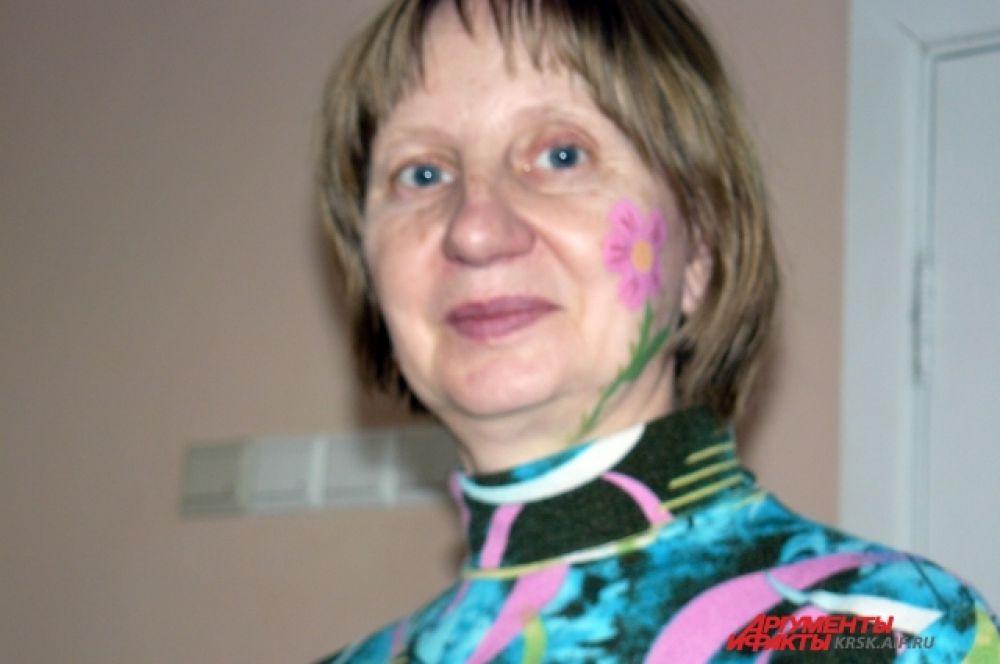И воспитательница Наталья Ивановна попросила сделать ей рисунок на щеке