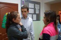 К Антону Рубину подходят воспитанники приюта, рассказывают о новых достижениях.