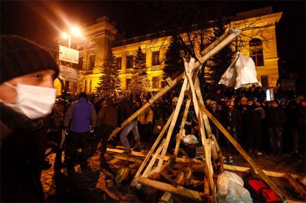 В ночь с 20 на 21 января  на улице Грушевского продолжилось противостояние сторонников евроинтеграции и милиции. Протестующие соорудили самодельную катапульту. В ряды охранников правопорядка летят бутылки с зажигательной смесью, которые разбиваются об окна ближайших зданий. Уличное освещение на Грушевского практически не работает. Демонстранты и милиция активно используют фонари и мощные лазерные указки.