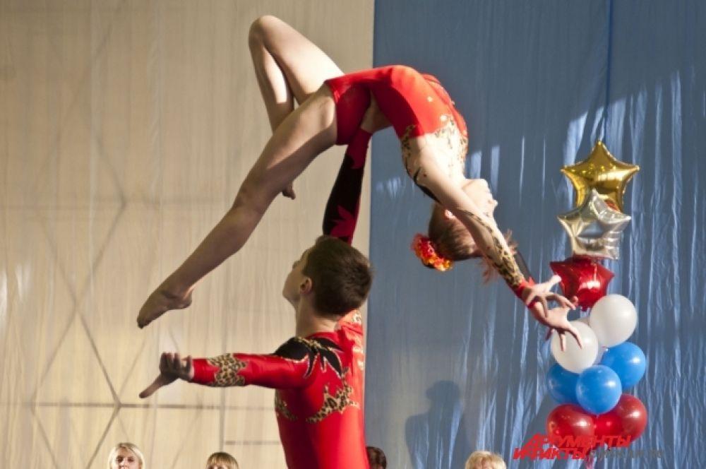 Акробаты со всей Сибири соревнуются в Омске.