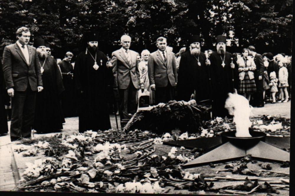 Возложение венков. Дань памяти почивших… Год 1000-летия Крещения Руси