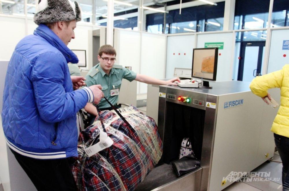 Каждая сумка должна пройти контроль на рентгеновском оборудовании