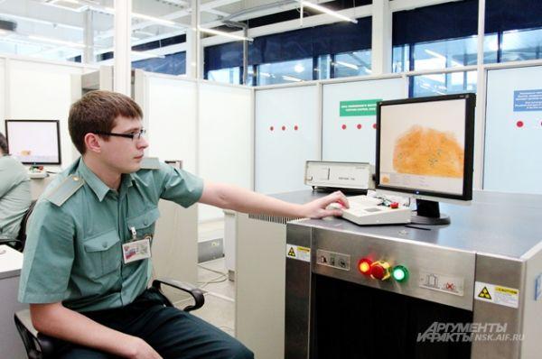 Инспектор, прошедший специальное обучение, по цветовой гамме картинки может определить, есть ли запрещенный к ввозу груз.