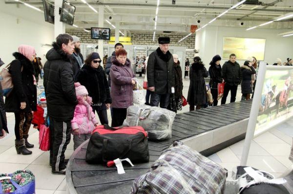 Пассажиры рейса из Бишкека смогут взять свой багаж только после того, как тюки и баулы обнюхает собака.