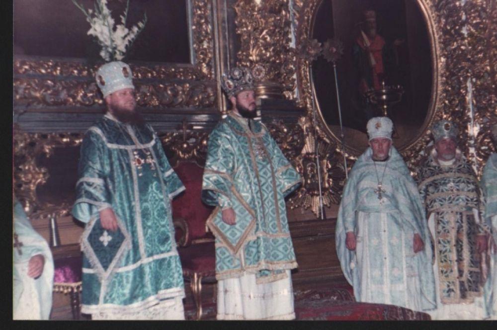 В алтаре Свято-Успенского кафедрального собора на богослужении .