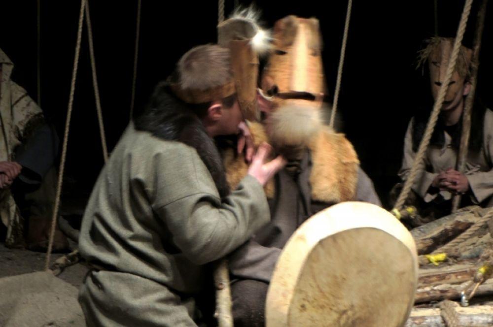 Некоторые эпизоды могут показаться комичными: актеры играют в берестяных масках, которые традиционно используются в сценках-тулыглапах, разыгрываемых на медвежьих игрищах.