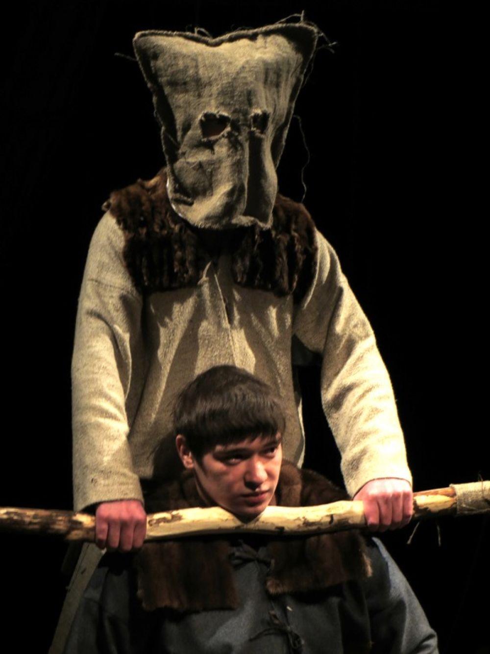 Все кровавые сцены, которых в легенде много, режиссер умело заменил театром теней и кукол.
