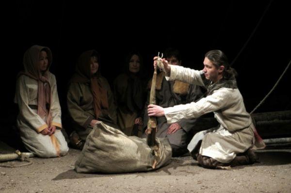 Весь спектакль актеры говорят на сургутском диалекте хантыйского языка. Им пришлось специально для этого изучать диалект.