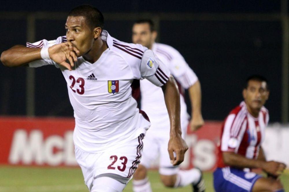 Рондон отмечает гол, забитый за сборную Венесуэлы
