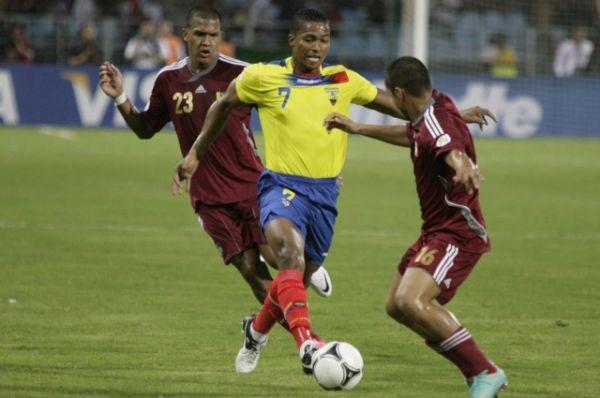Рондон пытается остановить эквадорца Антонио Валенсию