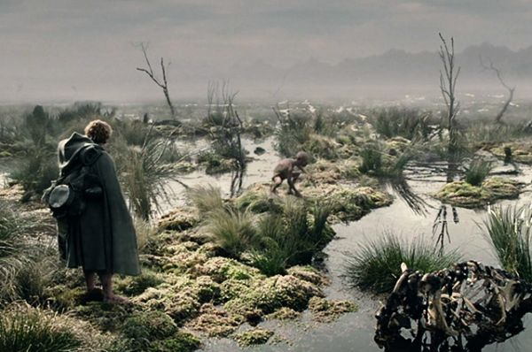 Гиблые болота «Властелин колец». Мертвые топи, если верить Джону Толкиену, находятся неподалеку от Мордора, а по ночам на них появляются огоньки – заманивают путников вниз, к мертвецам.