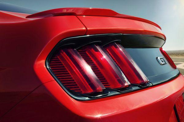 Ford делает ставку не на сложный рисунок светодиодов, а на необычную форму. Задние фонари Mustang GT можно наградить премией за самыми выдающийся рельеф.