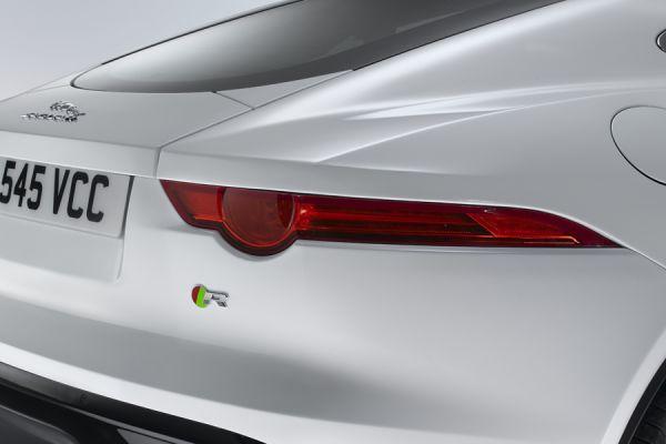 При сравнительно небольшой площади габариты Jaguar F-Type полностью соответствуют требованиям техническим требованиям яркости даже для северо-американского рынка. Там диапазон излучения с одним источником света находится в пределах от 80 до 300 кд, во всем остальном мире от 60 до 185 кд.