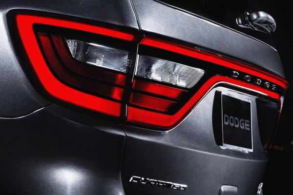 Один из трендов оформления внедорожников – линия стоп-сигналов во всю корму, как у нового Dodge Durango. Торможение такого внедорожника трудно не заметить.
