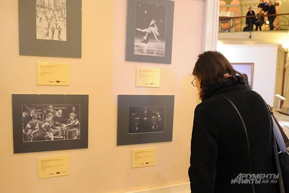 Отдельная часть экспозиции – снимки Льва Бородулина, «звезды» спортивной фотографии. На его работах можно видеть как начинающих спортсменов, так и олимпийских чемпионов – например, Ирину Роднину и Алексея Уланова.