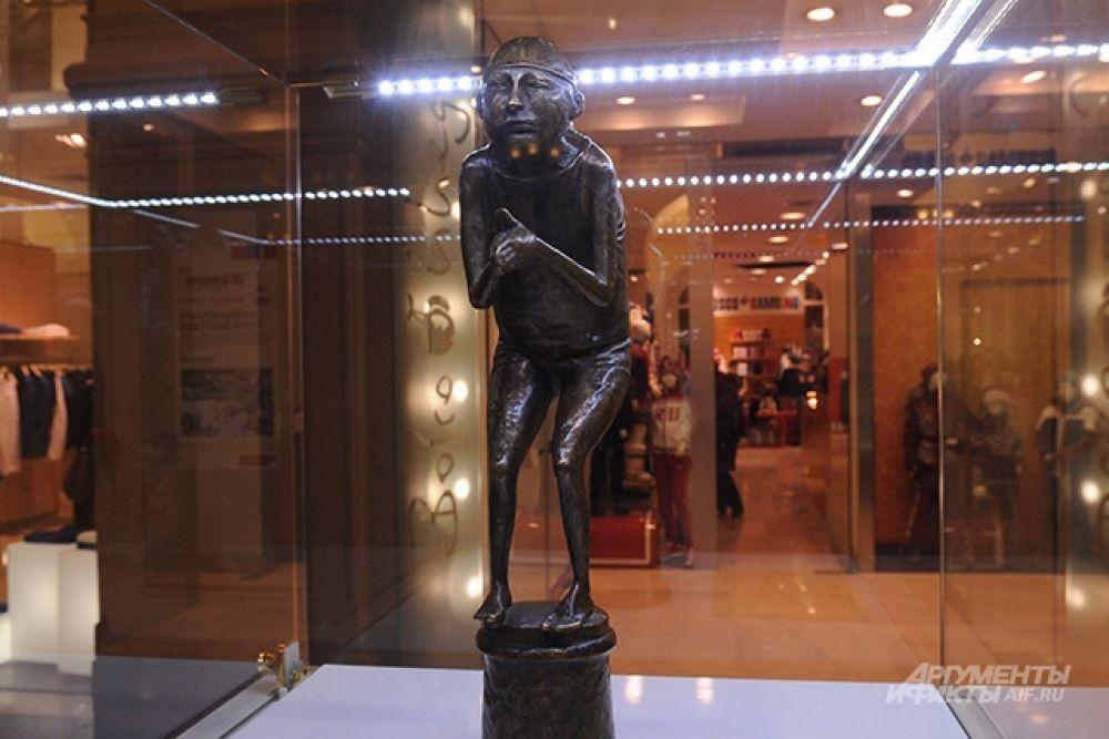 Практика выставлять известные произведения искусства или их реплики в торговых галереях существует во всем мире. Например, в Амстердаме так показывали высокотехнологичные копии полотен Рембрандта. Правда там зрителям приходилось платить за вход (в ГУМе вход на выставку свободный).