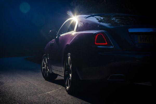 Самая роскошная марка не торопится перегружать задние фонари своих автомобилей. Габариты Rolls-Royce как бы подчёркивают сдержанность свойственную британцам. Или же сказывается принадлежность одному концерну, включающем и MINI?