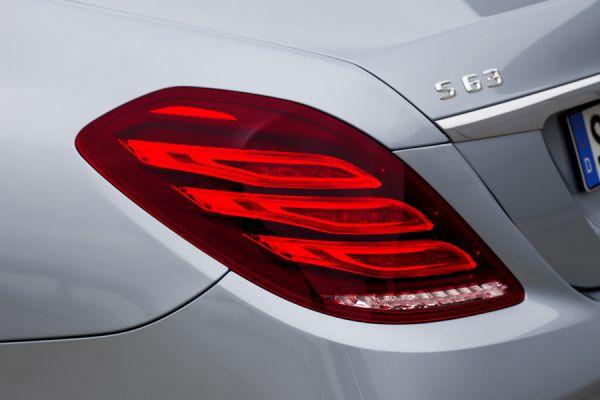 Mercedse-Benz один из первых в немецкой тройки начал отказываться от прямых холодных линий. Модели, начиная с C-класса 2014 года и заканчивая флагманом S600 имеют уже более плавные дорожки из светодиодов. Они имеют разный уровень подсветки и в режиме ходовых огней напоминают плавник декоративной рыбки.