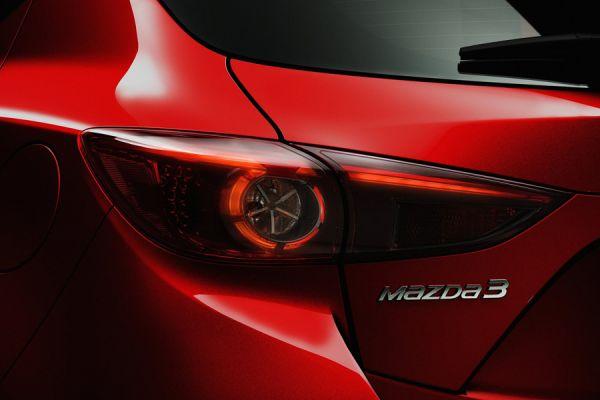 Mazda3 2014 модельного года считается абсолютно новой машиной, но при первом взгляде это не бросается в глаза. Задние фонари, как и другие детали можно долго рассматривать каждый раз находя новые нюансы.