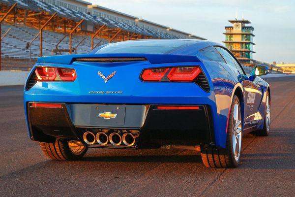 Спорт-кар от Chevrolet отсылает нас в начало буйных 80-х, в расцвет квадратных световых приборов, которые позже сменились плавными и безликими фарами. Corvette Stingray 2014 модельного года имеет фонари классической формы с новым наполнением.