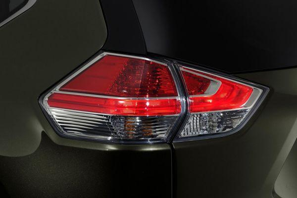 Деление на сектора и выход за общую линию грани кузова после фар головного света переходят и на задние фонари. Третье поколение Nissan X-Trail уже может похвастаться и такой сложной оптикой.