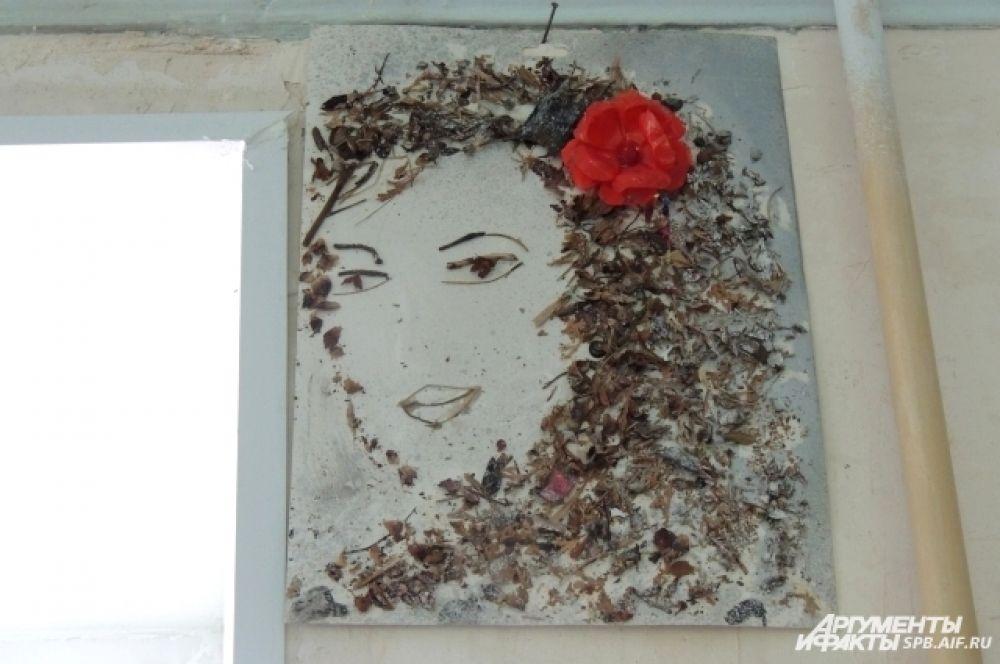 Эту картину Гюзель сделала из сухой коры и шелухи, которую подобрала в лесу.